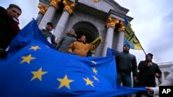 Kiev'de Ukrayna'nın AB ile bütünleşmesini destekleyen göstericiler