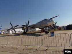 今年8月莫斯科航展上的图-95战略轰炸机,星期二参加了对叙利亚境内伊斯兰国的空袭(美国之音白桦)