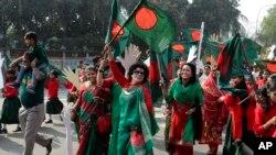 بنگلہ دیش میں لوگ یوم آزادی منا رہے ہیں۔ (فائل)