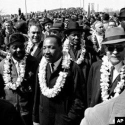 ທ່ານ Martin Luther King, Jr. ແລະພວກເຄື່ອນ ໄຫວເພື່ອສິດທິພົນລະເມືອງຄົນອື່ນໆ ພາກັນຍ່າງ 80 ຫລັກ ໂດຍໃຊ້ເວລາ 5 ມື້ ໄປຍັງ ມອນກາວເມີຣີ ເມືອງຫລວງຂອງລັດອາລາບາມາ ເພື່ອປະທ້ວງກົດ ໝາຍເລືອກຕັ້ງທີ່ບໍ່ລວມເອົາຊາວຜິວດໍາ