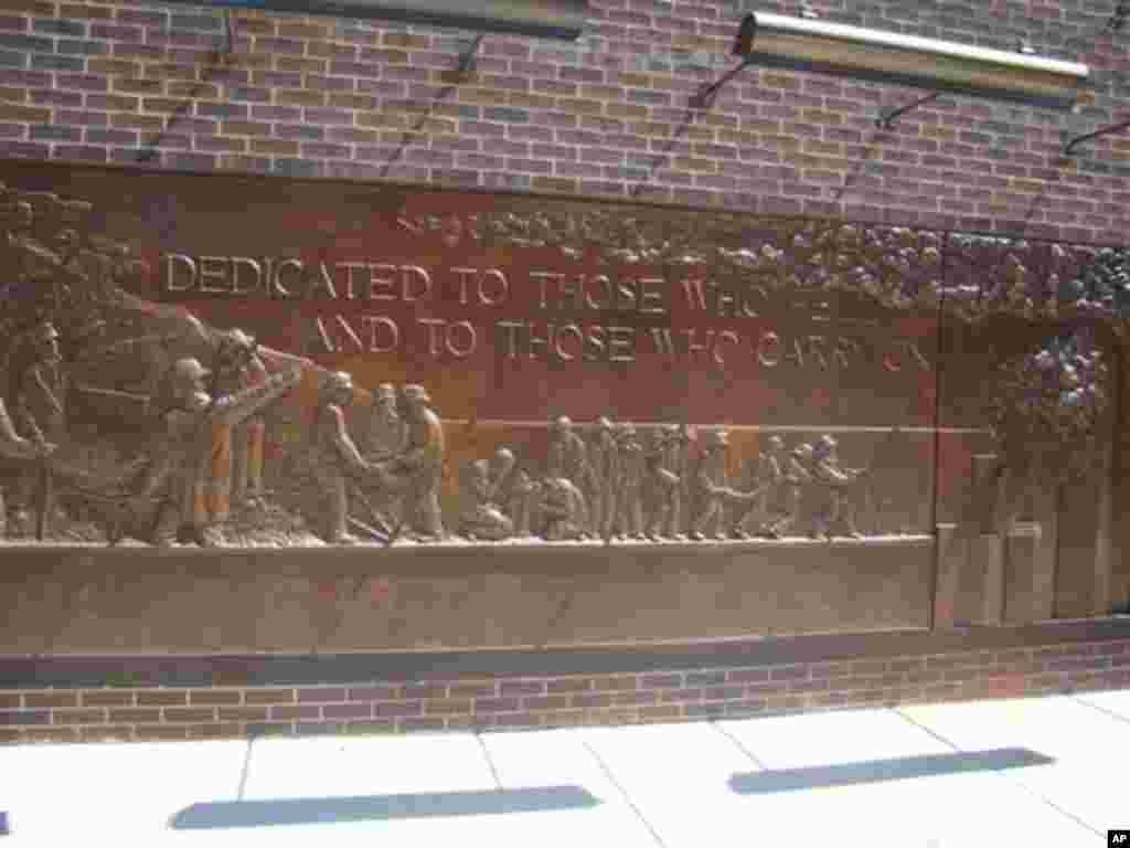 消防隊員在9/11救災的浮雕