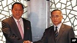 남북 제2차 비핵화 회담에서 위성락 한반도평화교섭본부장(우)과 리용호 외무성 부상(좌)