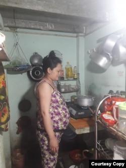 Bà Nguyễn Quỳnh Giao tại căn bếp trọ chờ ngày sinh nở.