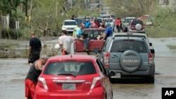 허리케인 마리아가 강타한 미국령 푸에르토리코 주민들이 자동차를 타고 대피하고 있다.