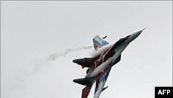 图为一架俄罗斯米格29战斗机于2009年8月1日在莫斯科航空展上表演