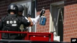 Una cuadrilla especializada tuvo que desactivar los explosivos del apartamento sin destruir la evidencia que podía haber allí.