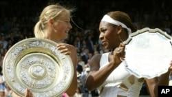 Maria Sharapova tras ganar el torneo Wimbledon en 2004 en donde venció a Serena Williams.