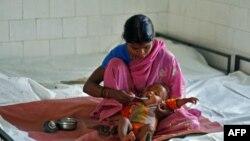 Một bà mẹ đang cho con ăn tại trung tâm phục giúp hồi dinh dưỡng cho trẻ trong bang Madhya Pradesh, Ấn Ðộ