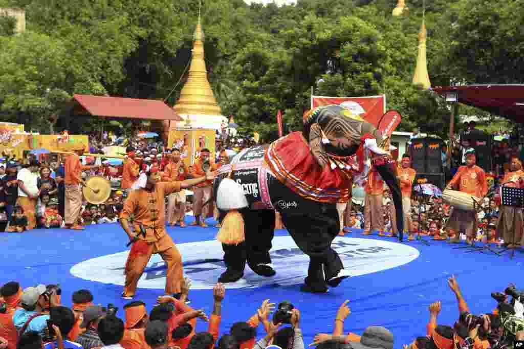حضور شرکت کنندگان با لباسی به شکل فیل در یک مسابقه رقص به مناسبت جشنواره فیل در میانمار