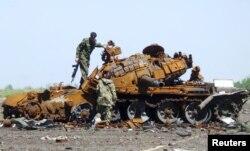 2015年5月22日乌克兰顿涅茨克亲俄罗斯反叛武装检查烧毁的坦克