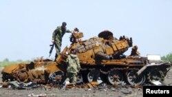 2015年5月22日烏克蘭頓涅茨克親俄羅斯反叛武裝檢查燒毀的坦克。