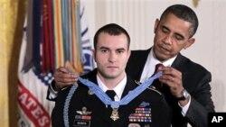 اعطای عالیترین مدال افتخار امریکا به یک عسکر زنده