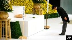 Premijer Japana klanja se ispred glavnog oltara u holu borilačkih veština Nipon Budokan u Tokiju pre današnje komemoracije