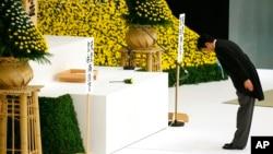 아베 신조 일본 총리가 패전 70주년을 맞아 도쿄 부도칸에서 열린 추도식에서 전몰자들을 위해 묵념하고 있다.