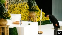 PM Jepang Shinzo Abe memberikan penghormatan terhadap korban Perang Dunia II di balai Nippon Budokan di Tokyo (15/8).
