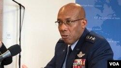 美国太平洋空军司令查尔斯·布朗(Charles Brown) - 美国之音方冰拍摄