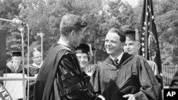 Президент Кеннеди (слева) пожимает руку сенатору-демократу Роберту Бёрду на церемонии вручения дипломов выпускникам Американского университета в Вашингтоне. 10 июня 1963 г.