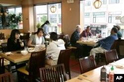 미국 뉴저지주 팰리세이즈파크의 한국 식당에서 주민들이 식사를 하고 있다.