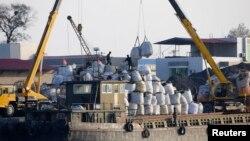 지난해 10월 북한 신의주에서 중국 측에서 실어온 화물을 하역하고 있다. (자료사진)