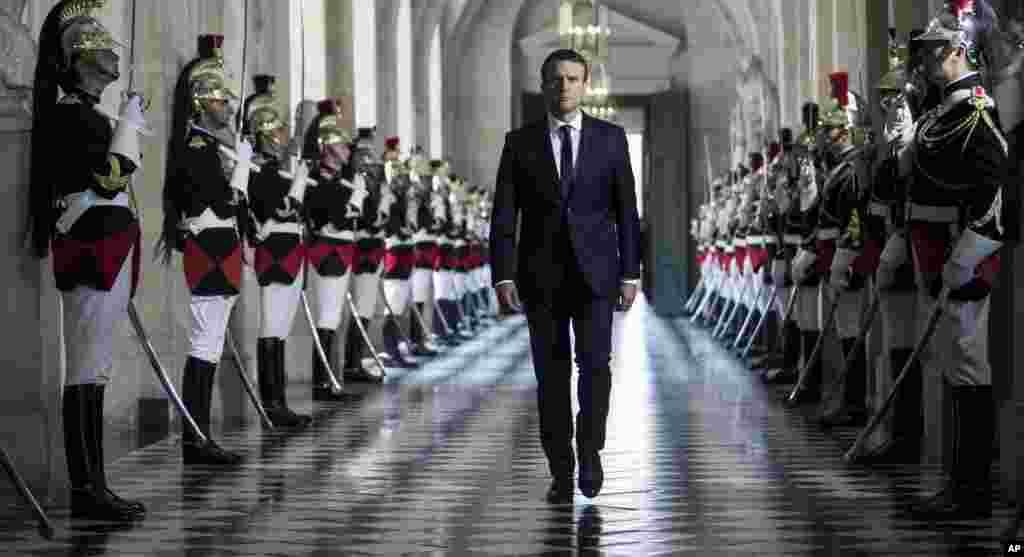 法国总统马克龙走过雕塑美术馆,前往法国议会两院所在的巴黎郊区的凡尔赛宫(2017年7月3日)