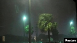 La pluie et les vents causés par la tempête sont perceptibles à l'approche de l'ouragan Matthew à Melbourne, Floride, États-Unis, 7 octobre 2016.