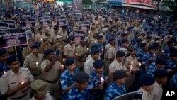 سری نگر کے قریب خود کش حملے میں ہلاک ہونے والے بھارتی سیکورٹی اہل کاروں کی یاد میں ان کے ساتھی شمعیں روشن کر رہے ہیں۔ 15 فروری 2019