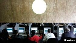 Warga Brazil menggunakan komputer di sebuah internet cafe di Sao Paulo (foto: dok). Akses internet sangat penting bagi warga kurang mampu di negara berkembang.