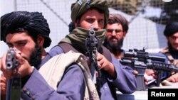 Fuerzas talibanas hacen guardia frente al aeropuerto Hamid Karzai de Kabul, el 2 de septiembre de 2021.