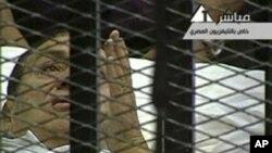 Rais wa zamani wa Misri Hosni Mubark akiwa kizimbani katika mahakama mjini Cairo.