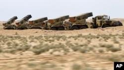 利比亚政府军的火箭发射炮3月17日部署在沙漠上