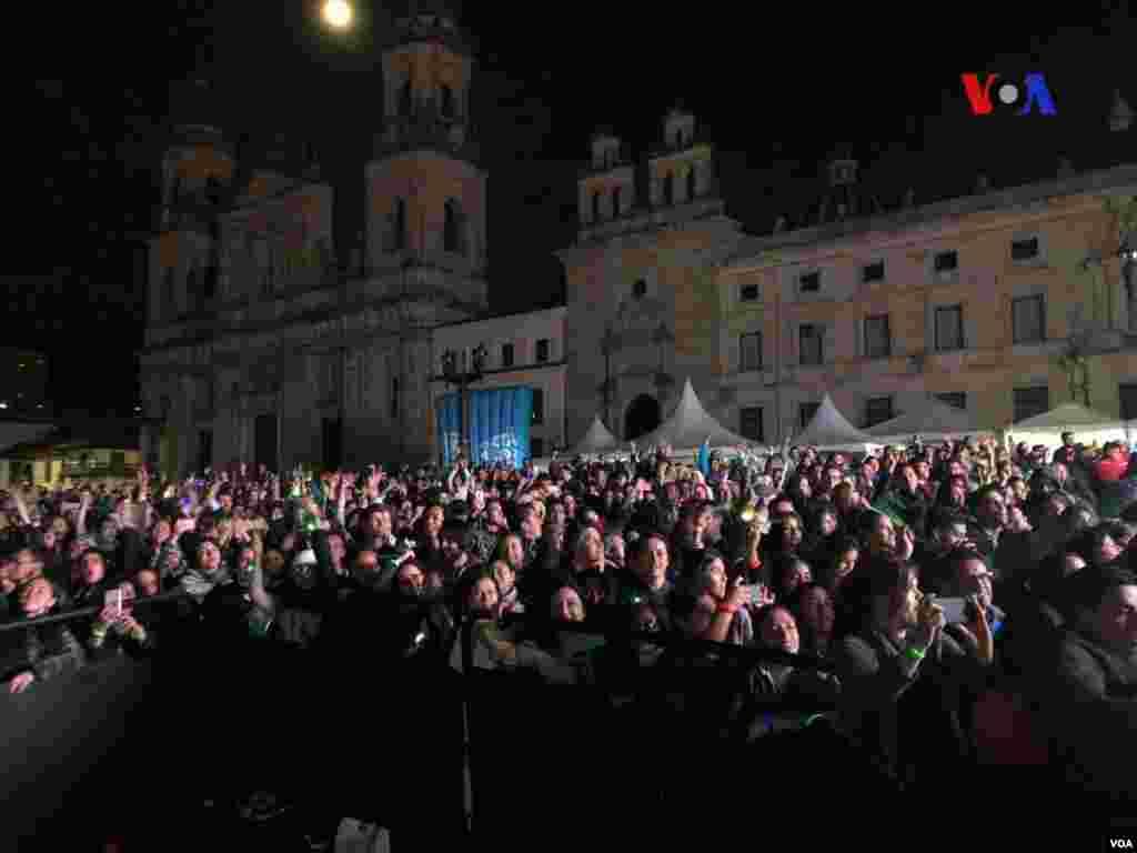 En la histórica Plaza de Bolívar, en el centro de Bogotá, casi 4.400 personas encendieron una luz, a través de pulseras de neón, rompiendo el récord Guinness. Foto: Karen Sánchez, VOA.Foto: Karen Sánchez, VOA.