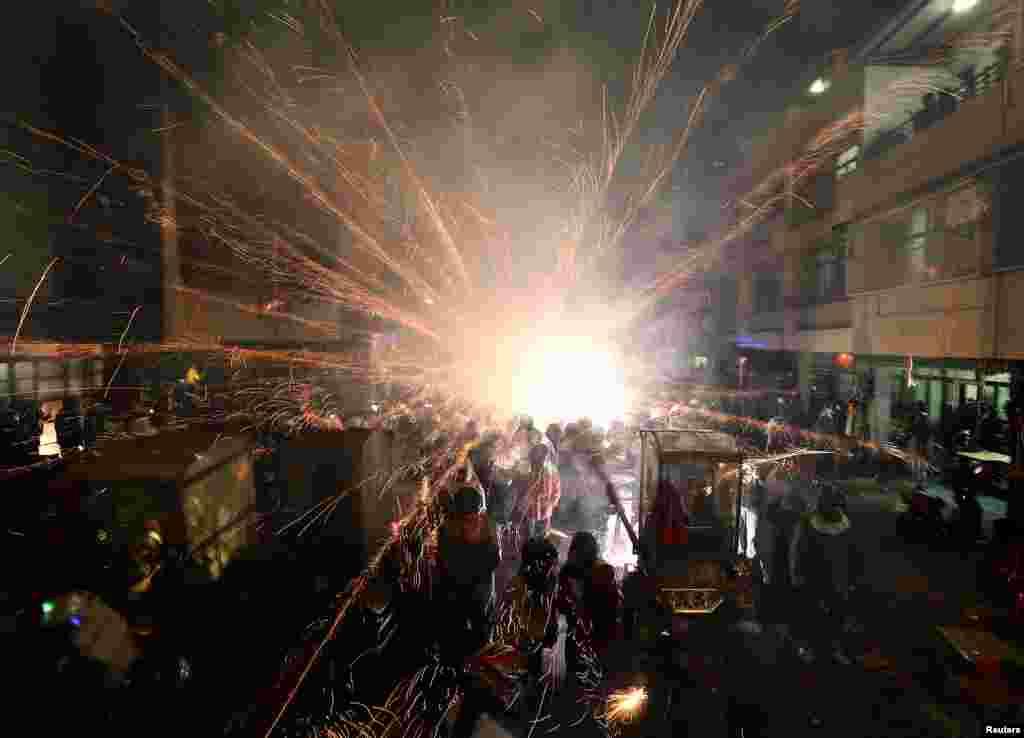 پيش از فستيوال چينی فانوس، در فستيوال کندوی موشکها در تاينان، جنوب تايوان، جرقه بازی شروع شده است - ۱۳ اسفند ۱۳۹۳ (۴ مارس ۲۰۱۵)