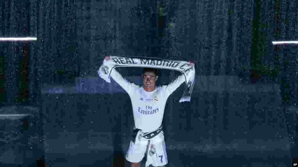 Le joueur titulaire du Real Cristiano Ronaldo tient un foulard de l'équipe, le 29 mai 2016.