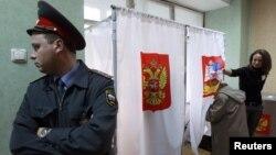 Полицейкий пост на одном из избирательных участков в Химках. Московская область, 14 октября 2012 года