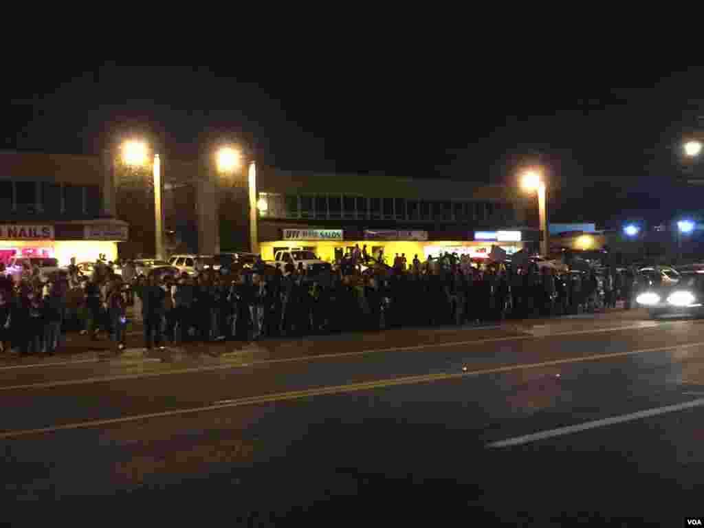Những người biểu tình tụ tập tại Ferguson, Missouri. (Kane Farabaugh / VOA News)