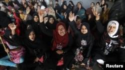 کراچی میں دھرنے میں شریک خواتین