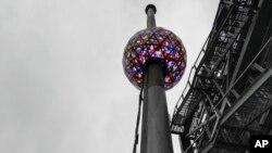 Los organizadores del evento anual dicen que la bola este año muestra más de 16 millones de colores vibrantes y miles de millones de patrones para crear un espectacular efecto de caleidoscopio.