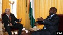 Mantan Menlu Perancis Roland Dumas (kiri) berbicara dengan pemimpin Pantai Gading Laurent Gbagbo di Abidjan, 30 Desember 2010.