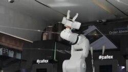 Роботи подготвуваат кафе