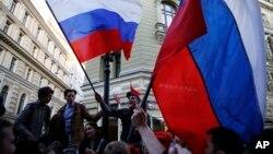 Pendukung timnas tuan rumah Rusia bersiap menyaksikan pertandingan Rusia lawan Saudi di Moskow.