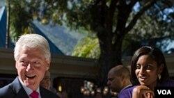 Ansyen Prezidan Bill Clinton (agoch) pandan yon vizit ann Ayiti (Foto achiv)