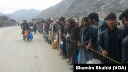 지난 7일 파키스탄과 아프가니스탄 국경이 임시 개방한 가운데 사람들이 줄을 서 있다.
