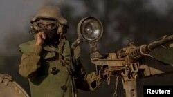 10일 이스라엘군이 무장한 채 가자지구와 이스라엘 경계 지역을 지나고 있다.