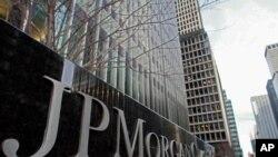 位于纽约的摩根大通银行楼外的公司标志。
