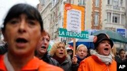 """Para pekerja jasa pengiriman surat """"La Redoute"""" berunjuk rasa menentang rencana PHK di kota Lille, utara Perancis (7/11). Standard & Poor's menyatakan bahwa tingkat pengangguran Perancis kemungkinan akan terus bertambah hingga tahun 2016."""