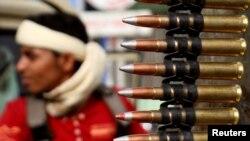 عکس آرشیوی از یکی از نیروهای حامی دولت عبد ربه منصور هادی رئیس جمهوری قانونی یمن که برای جنگ با شیعیان حوثی در تعز آماده می شود.