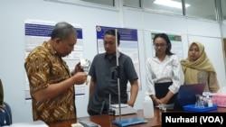 Kuwat Triyono mengembangkan Elto bersama sejumlah mahasiswanya. (Foto: VOA/ Nurhadi)