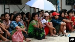 Para pekerja migran Burma (foto: dok). Para pekerja migran ilegal menghadapi razia di Kuala Lumpur oleh pemerintah Malaysia.