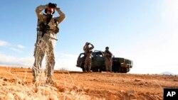 Soldados de la Guardia Nacional patrullan la frontera EE.UU-México en Sasabe, Arizona. Enero 19 de 2007. El Pentágono anunció que las tropas adicionales que se están enviando a la frontera sur permanecerán emplazadas hasta que se construya el muro prometido por el presidente Donald Trump.
