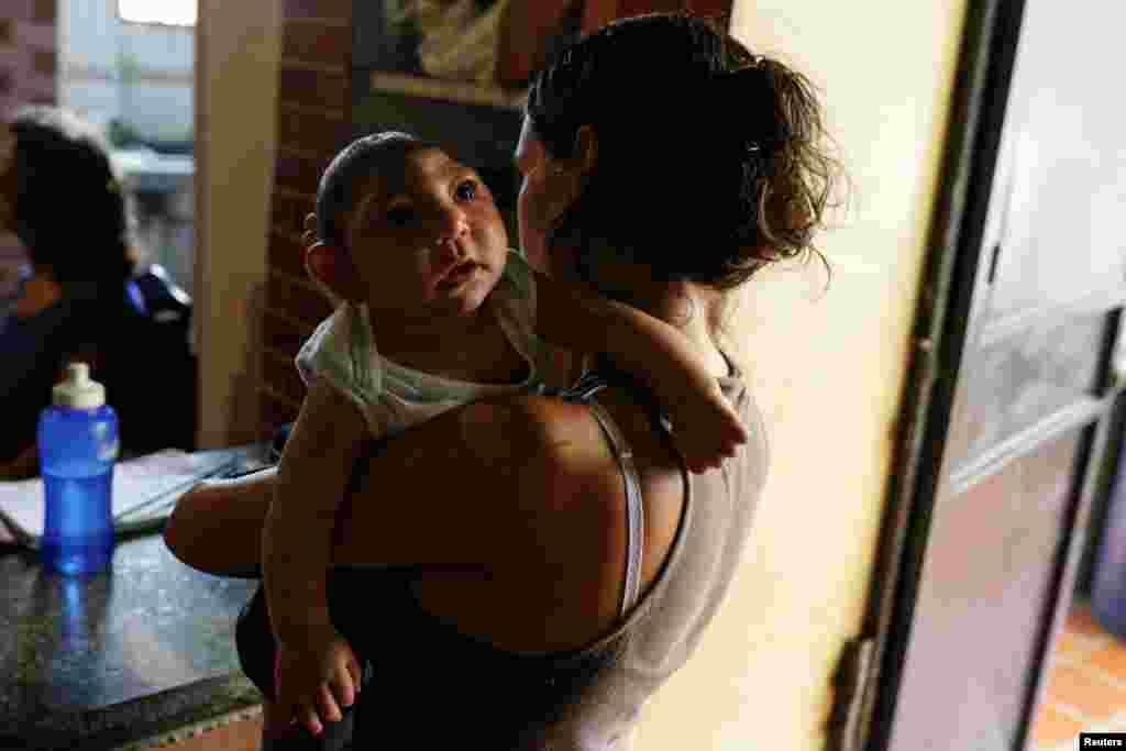 کودک ۳ ماه که با بیماری میکروسفالی به دنیا آماده است. این نقض مادرزادییک بیماری عصبی است که نشانههای اصلی آن سر کوچک و کاهش رشد عقلی است. علت این نقض مادرزادی گرفتن ویروس زیکا مادر در بارداری است.